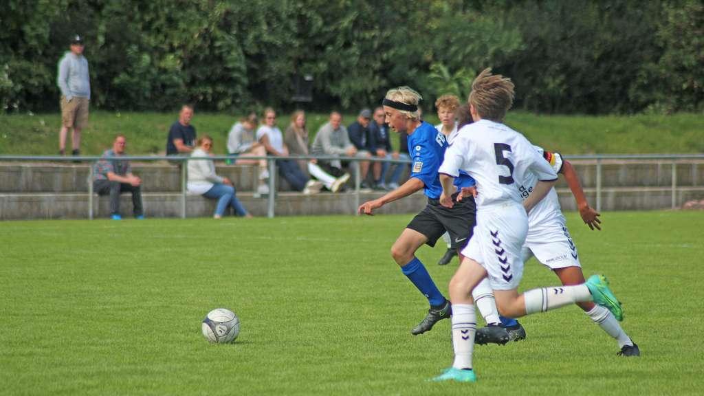 Benedikt Hiss (blaues Trikot) durchbricht die Abwehr des TSV Pansdorf.© Lars Braesch