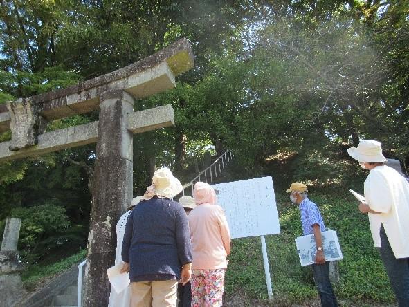 籾神社(大塚ヶ里) 楠やイチョウ、184㎏の力石、拝殿の絵馬も見もの
