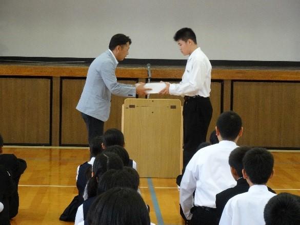 宮原代表取締役から三田川中学校へリストバンドの贈呈