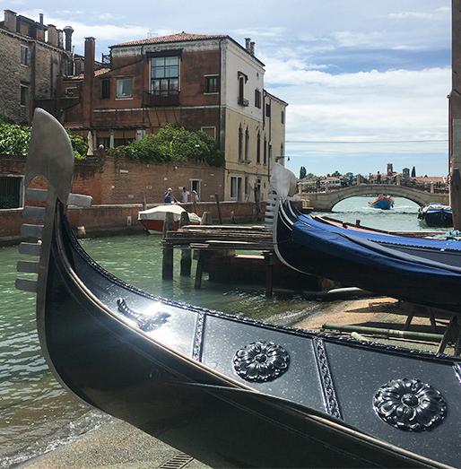 Dem ältesten Gondelbauer von Venedig über die Schulter geschaut