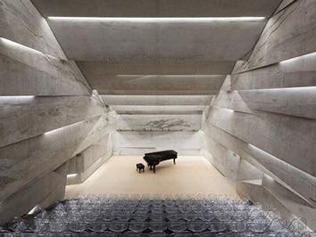 Blick auf die Bühne im Konzerthaus Blaibach von Peter Haimerl