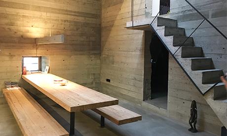 Innenraum Waidlerhaus Blaibach Betonräume mit Holz-Sitzbereichergänzt,