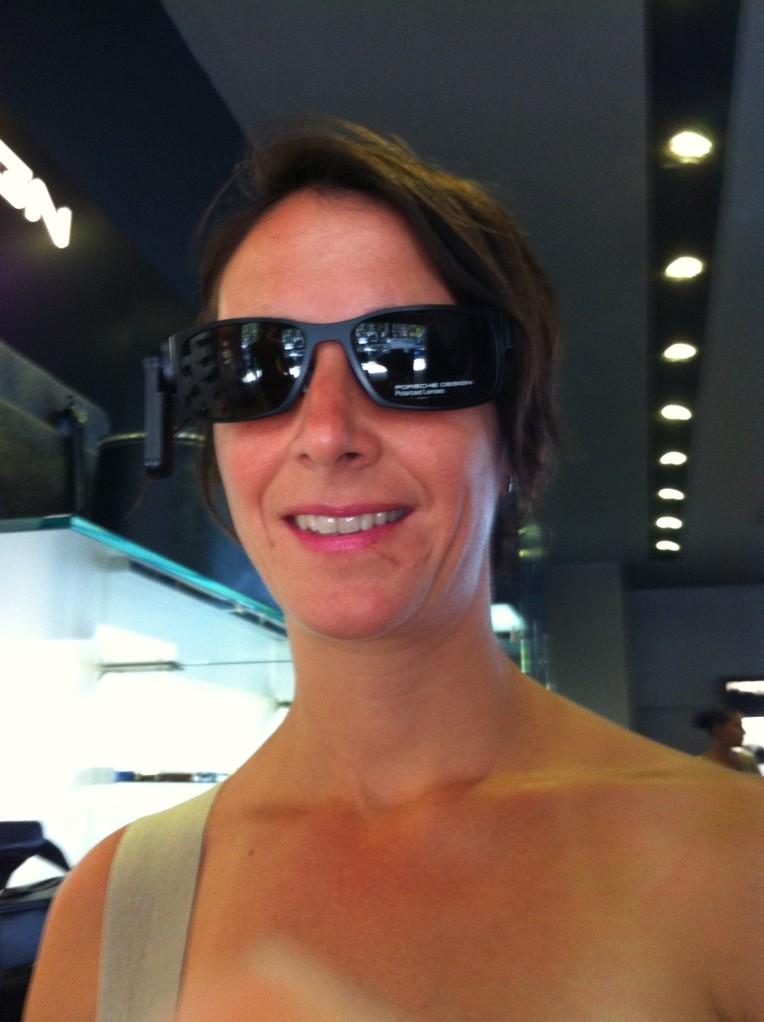 Als Einstimmung in den heutigen Tag probiere ich eine Porsche Sonnenbrille!
