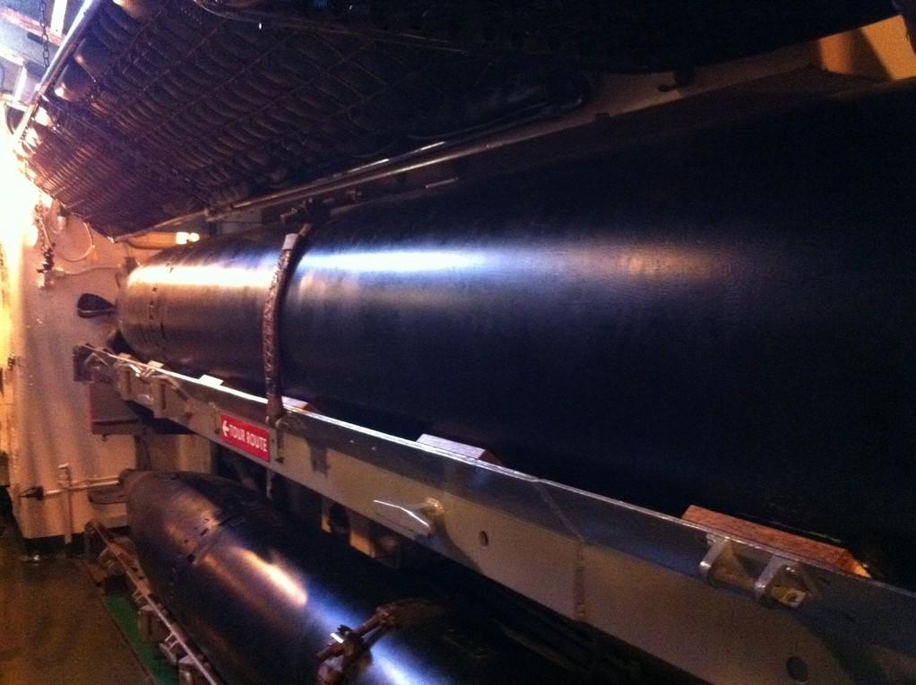 Der Torpedo-Raum haelt 24 riesige Torpedos (made in Switzerland by Oerlikon)....