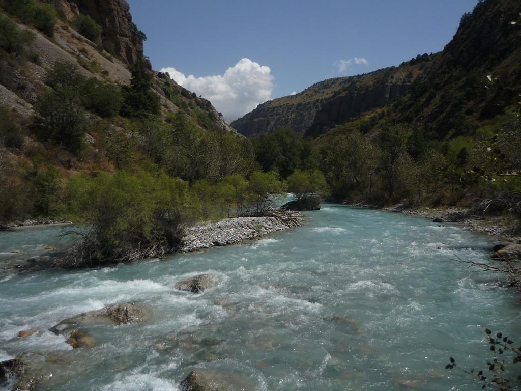 """Der Fluss Aksu, was """"weisses Wasser"""" bedeutet"""