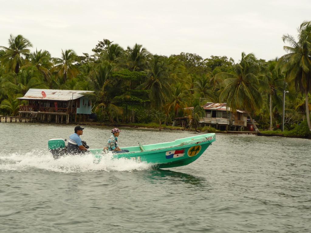 ...das Hauptverkehrsmittel ist das Wasser Taxi...
