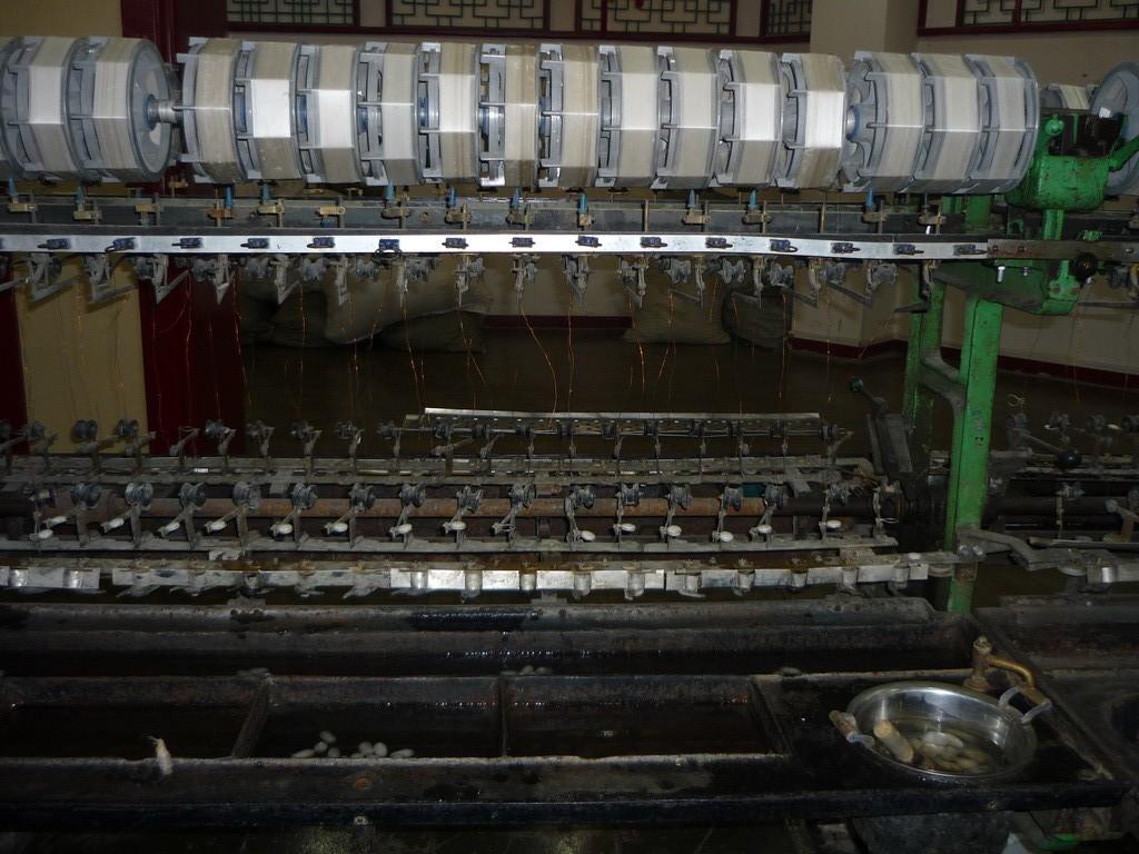 Seidenproduktion: Ein Webstuhl mit Seidenraupen-Cocons