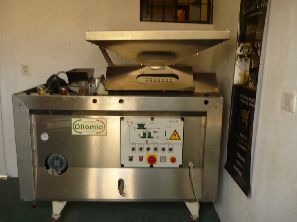 Eine moderne Olivenzentrifuge, importiert aus der Toscana