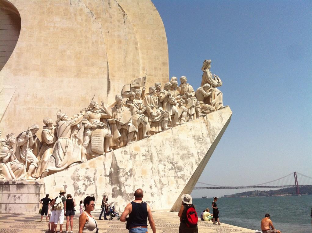 """...ist 52 Meter hoch, errichtet 1960 an dieser Lage (im Hintergrund die """"Golden Gate"""" von Lissabon)"""