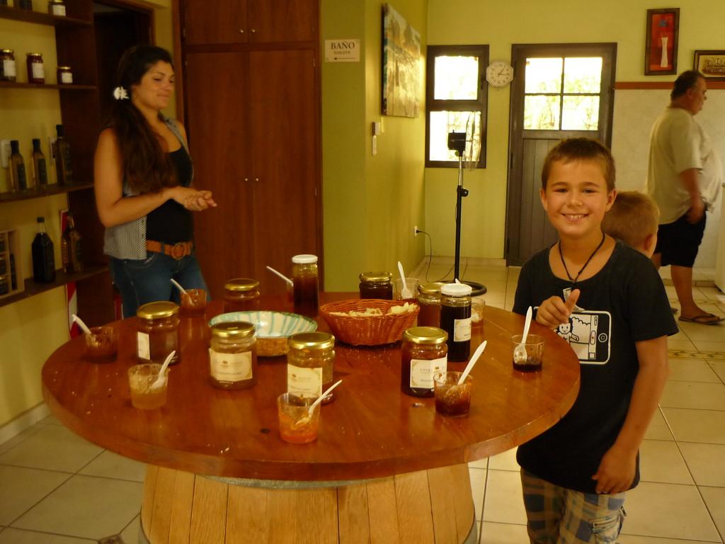 Joel schlaegt sich den Bauch mit hausgemachter Marmelade voll :-)
