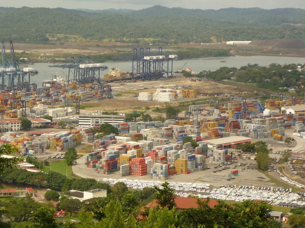 Tausende Container warten darauf, verschifft zu werden