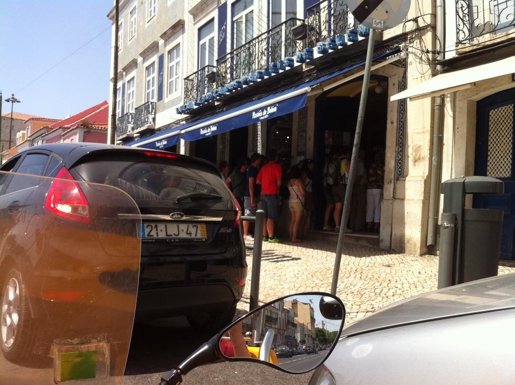 """...und wo die Leute Schlange stehen fuer ein """"Pasteis de Belém"""""""