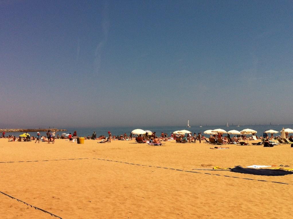 Am sehr schönen Stadtstrand von Barcelona