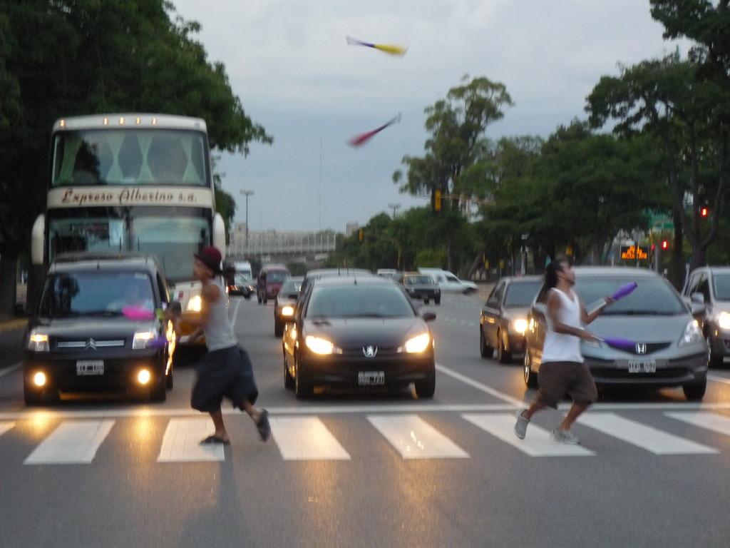 Strassenkuenstler nuetzen die Rotphase des Lichtsignals