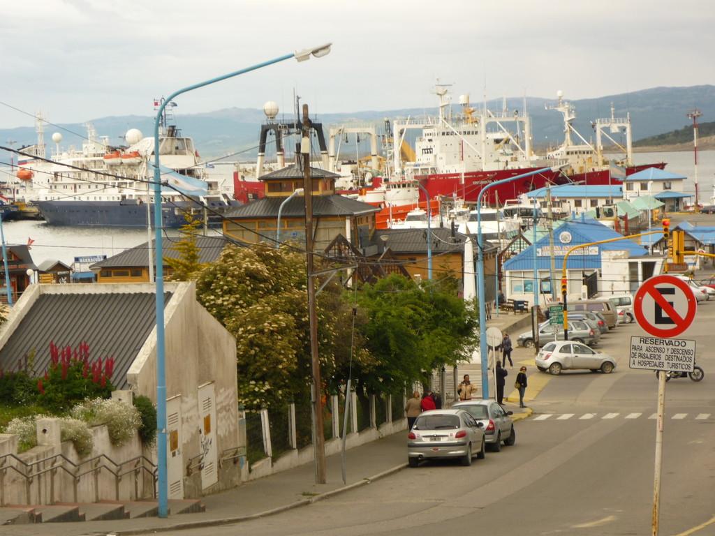 Steile Strassen fuehren zum Hafen