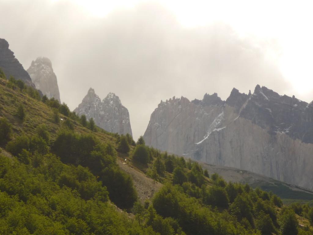 """Die Aussicht auf die Torres, von der Huette """"Refugio Chileno"""" aus"""