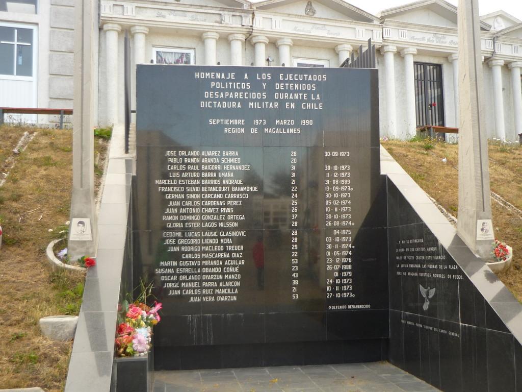 Dieses Denkmal steht fuer die Opfer der chilenischen Diktatur...