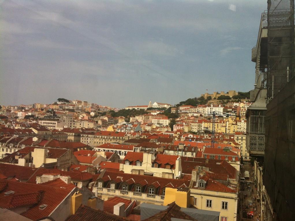 Von der Plattform sieht man sogar das Castelo!