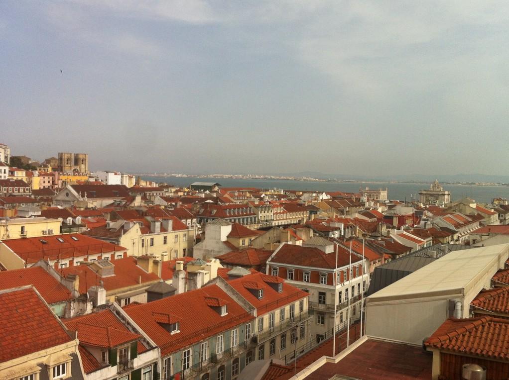 Die Sicht vom Lift ueber die ganze Stadt, links im Hintergrund die Kathedrale