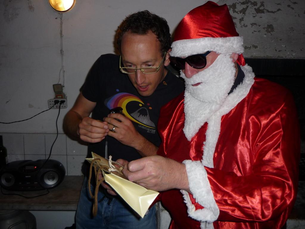 Sebastian hilft Santa Claus den Namen zu entziffern