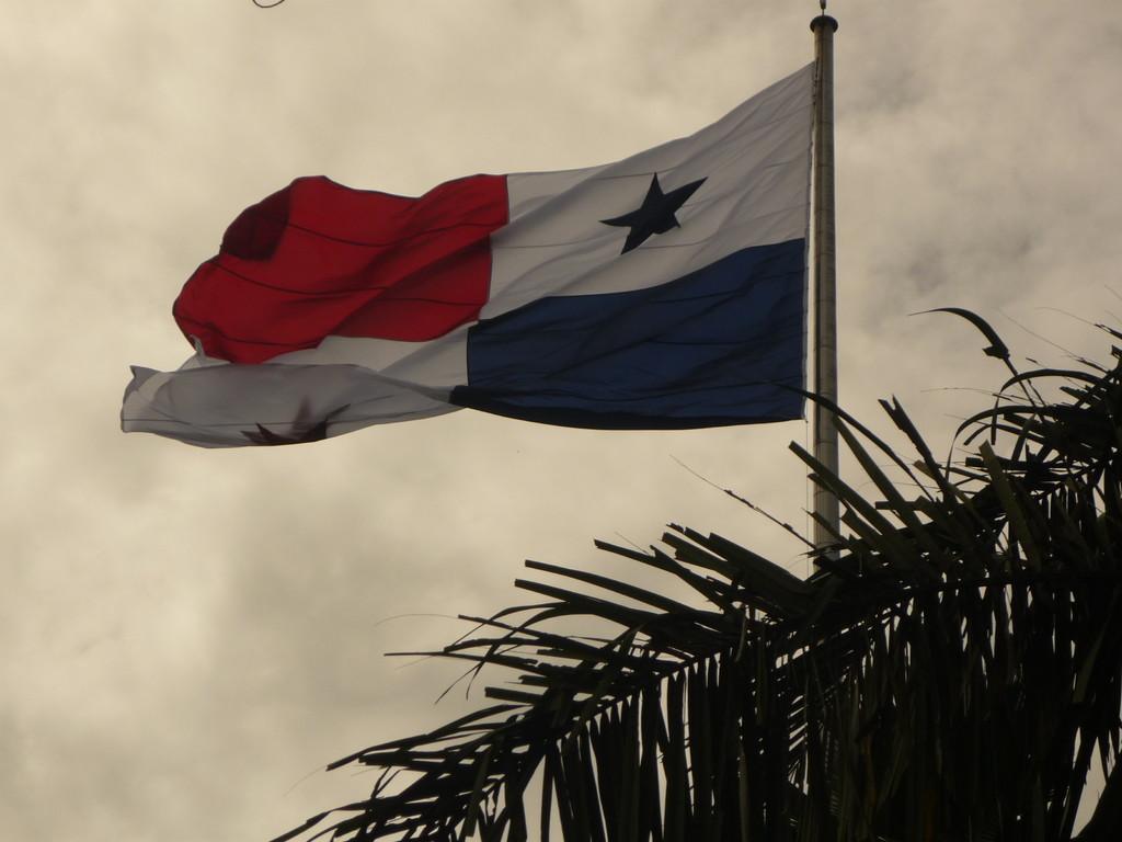 Auf der Spitze des Hausbergs Cerro Ancon weht die Flagge