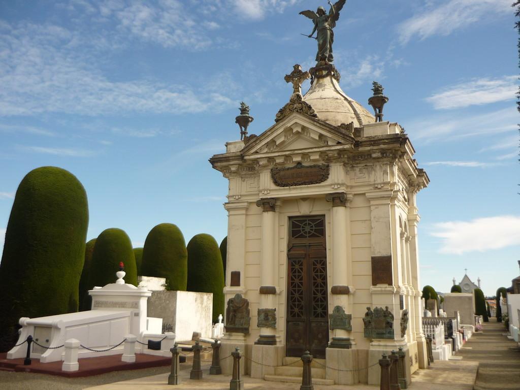Auch auf dem Friedhof ist ersichtlich, wer die Stadt regiert (Grab von Menendez)