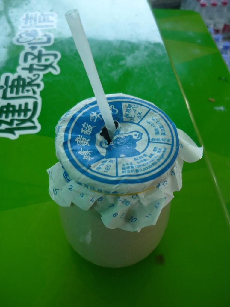 Eine Spezialitaet Pekings: Jogurtdrink im Tongefaess