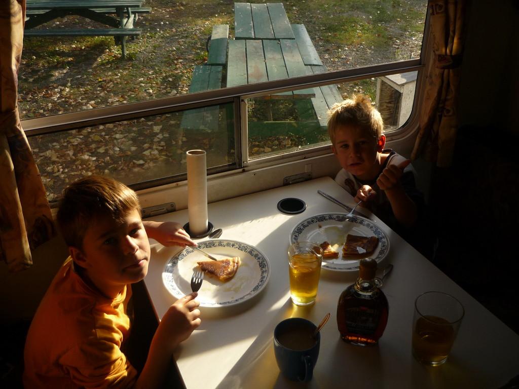 Kanadisches Fruehstueck: Pancakes mit Ahornsirup