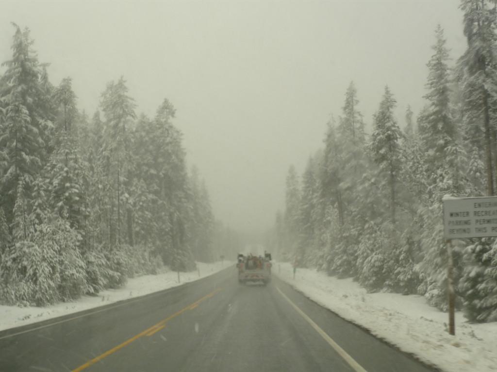 Der erste Schnee auf dem Weg zum Crater Lake