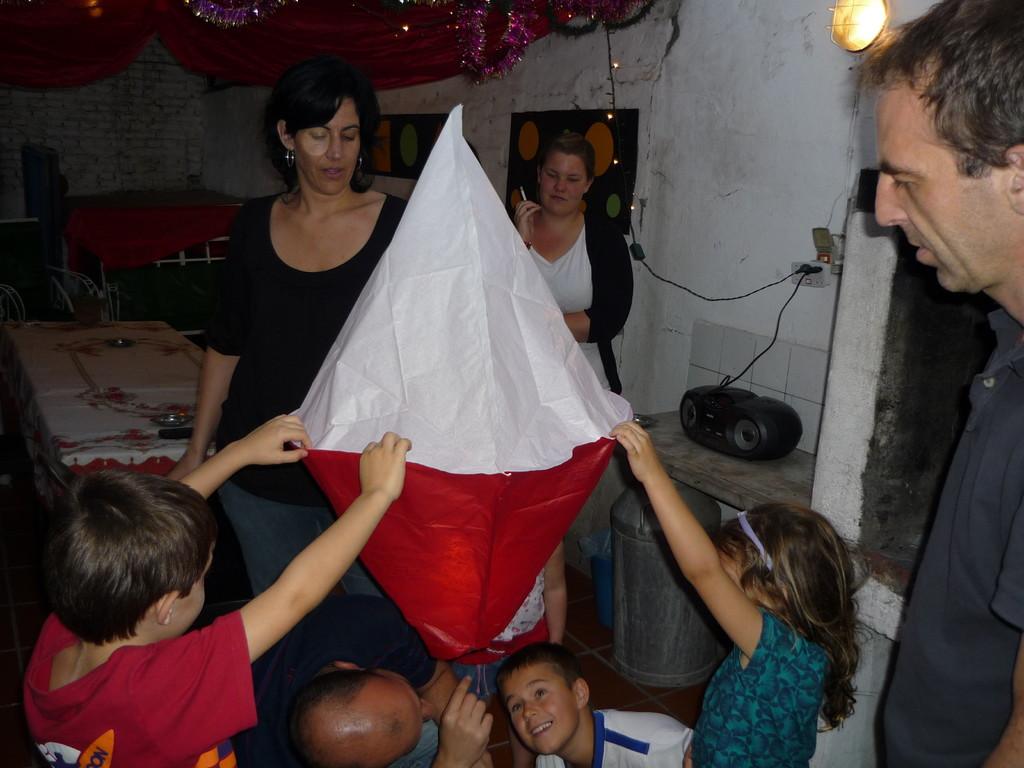 Der Weihnachtsabend beginnt mit dem Globo de Papel: Gabi...