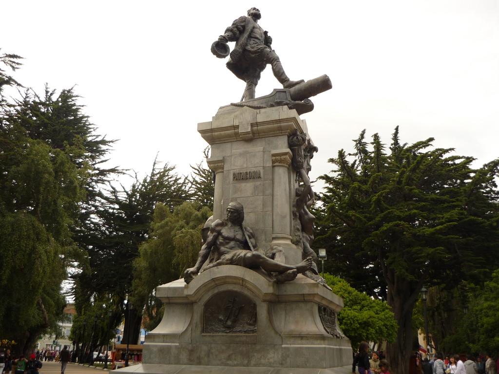 Auf dem Dorfplatz von Punta Arenas