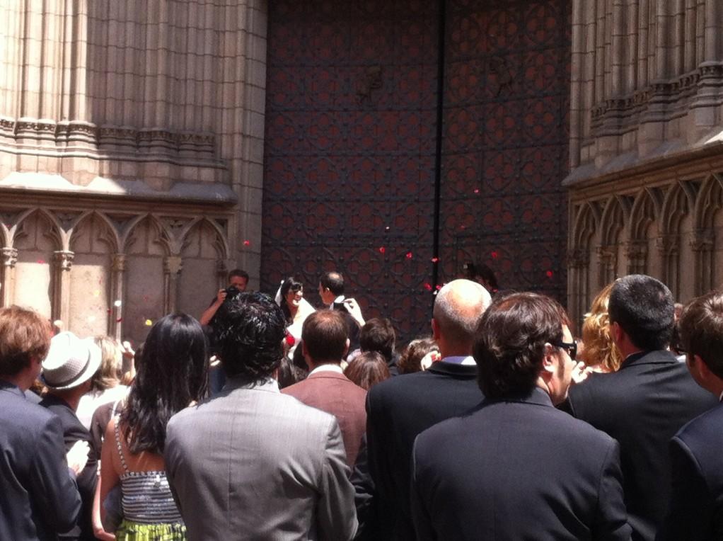 Ein Hochzeitspaar verlaesst gluecklich die Kirche