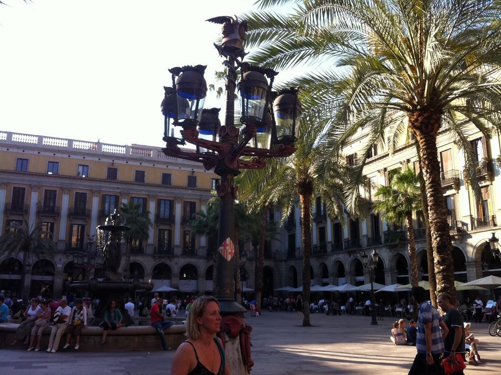 Die Plaza Real war der erste beleuchtete Platz in Barcelona. Die Lampen designed von Gaudi