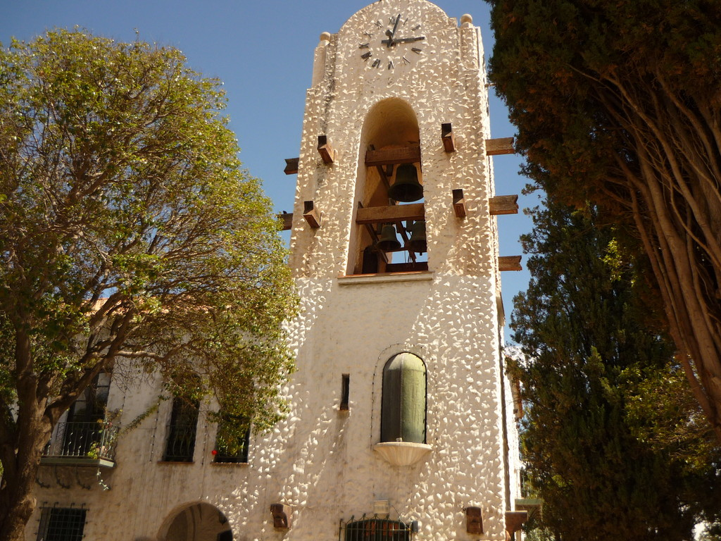 Aus dieser Turmuhr kommt jeden Tag um 12 Uhr der Nationalheld