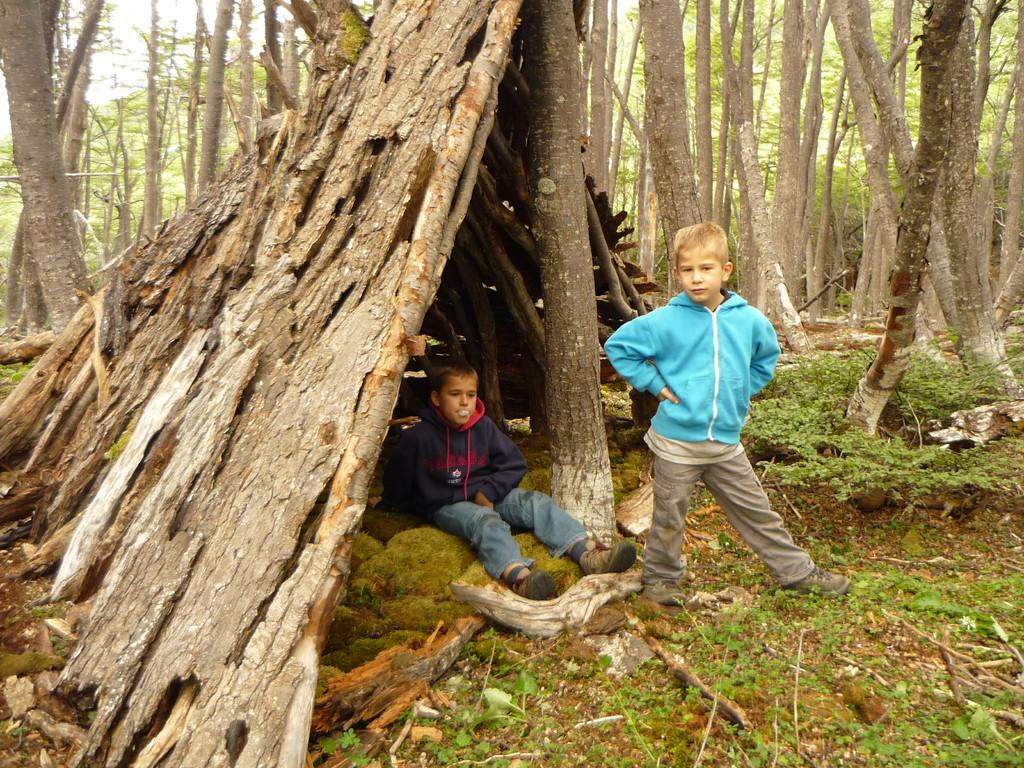 Wir bauen eine Huette aus Holz, geschindelt mit Baumrinde...