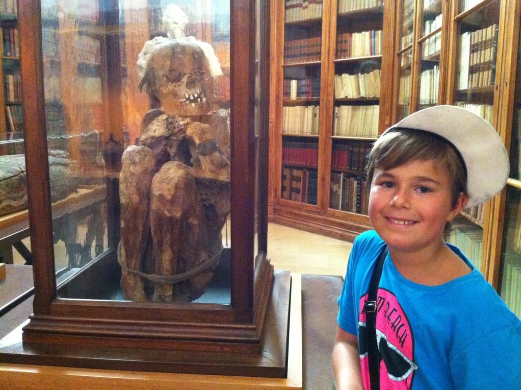 ...mit seinen Mumien aus Peru: Bub...