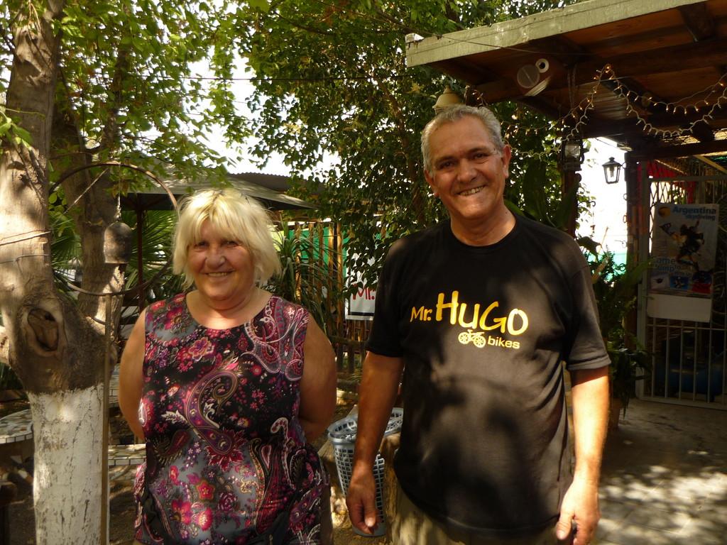 Mr. Hugo und seine Frau, die uns die Bikes vermieten