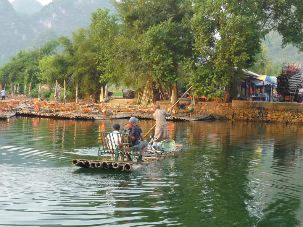 Ueberquerung des Yulong Rivers auf Bambus Floss