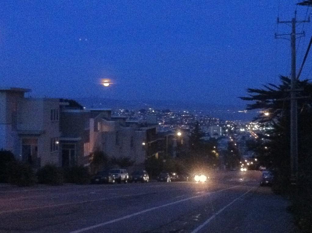 """Der Vollmond geht auf ueber den """"Strassen von San Francisco"""""""