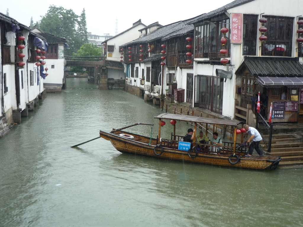 Ein Regentag in der Wasserstadt Zhouzhuang