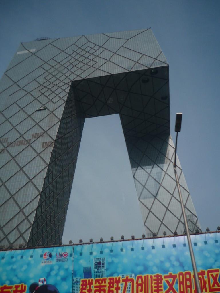 Imposantes Gebaeude der Chinesischen TV Station, welche 13 Sender unterhaelt
