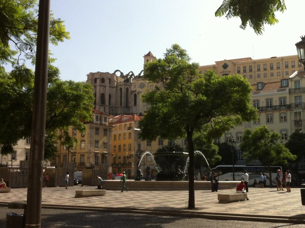 """Der Platz """"Rossio"""", im Hintergrund das Bogengerippe der """"Igreja do Carmo"""""""