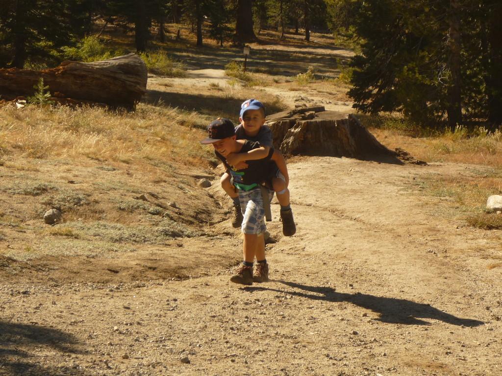 Joel hat Kraft fuer zwei und hilft seinem Bruder auf den letzten Schritten