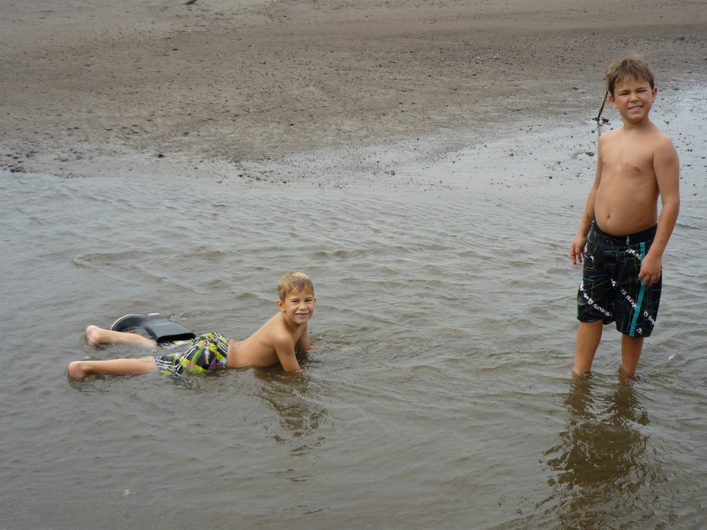 Trotz Regen haben wir Spass am Strand