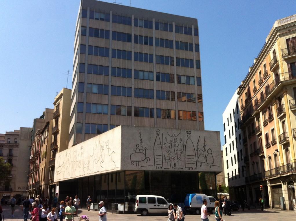 Das Architekturmuseum mit Bildern von Miró und Picasso
