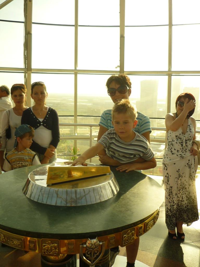 In dieser Kugel auf diesem Turm gibts einen Haendeabdruck von Nazarbaev