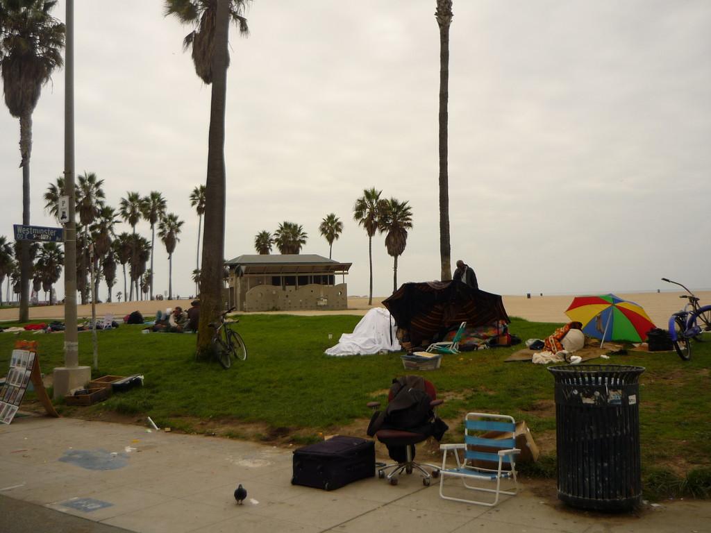 Einige sind wortwoertlich immer hier. Schlafen in Zelten und unter Schirmen