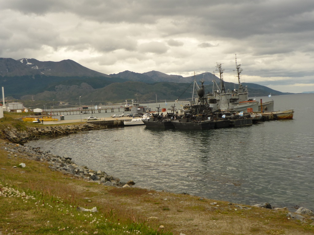 Der Militaerhafen mit den Kriegsschiffen