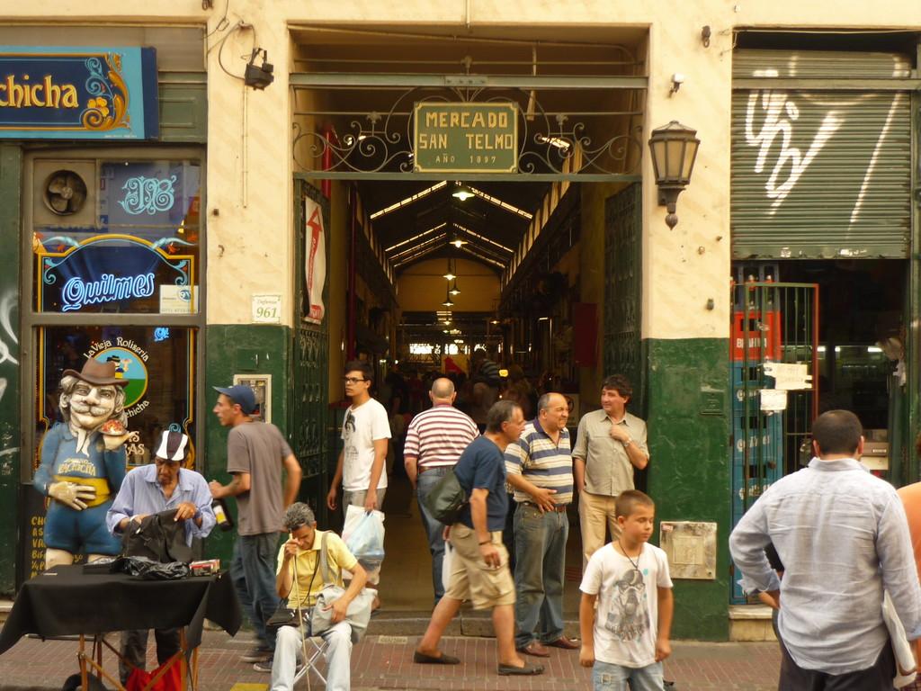 Der Markt mit viel Antiquitaeten und Gemuese...