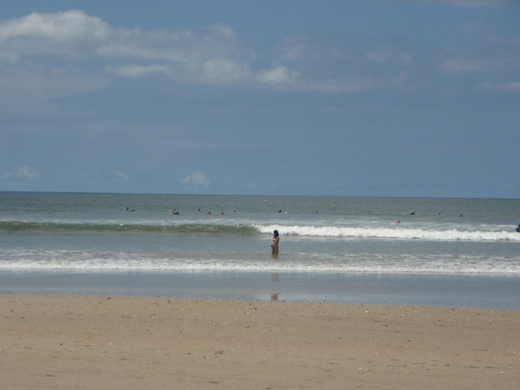 Die Surfer warten wie Haie auf die naechste grosse Welle
